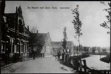WAT003003860 Pand links: woonhuis gebouwd in 1889. Op 9 december 1916 is dit pand aangekocht door de gemeente Ilpendam. ...