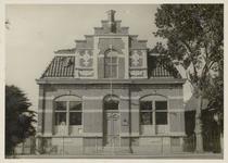 WAT003003863 Dit woonhuis werd in 1889 gebouwd. Op 9 december 1916 is dit pand aangekocht door de gemeente Ilpendam van ...