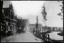 WAT003003864 Links het oude Raadhuis van Ilpendam.Op 9 december 1916 is dit pand aangekocht door de gemeente Ilpendam ...