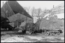 WAT003003871 Achterkant van de stolpboerderij aan de Westerweg nummer 21.Rechts: een hooiberg.