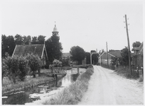 WAT003003879 Foto rechts: de ( stenen) rijweg met in het midden een paardenpad.De ophaalbrug werd in 1935 vervangen ...