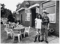 WAT003003898 Harry en Wil Kok voor café De Drie Zwanen.