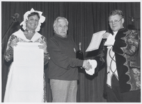 WAT003003916 Wim Basie verkozen tot 'Ilpendammer van het jaar 1993'Foto: Tomasvaer ( Just Kramer ) en Pieternel ( I. ...