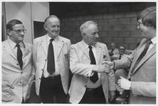 WAT003003918 Drie leden van de Ilpendamse Fanfare werden in het zonnetje gezet.Foto: v.l.n.r.ex voorzitter Broers, ...
