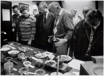 WAT003003961 Mini tentoonstelling over de hongerwinter van 1944. Foto: Wethouder Rijer Band in gesprek met ...