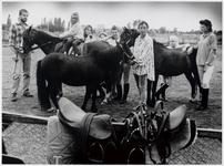 WAT003003766 Ponyclub De Kadoelen.Foto: Het ponykamp aan het Vikingpad. Links Paul Rotherham, daarnaast zijn dochter ...