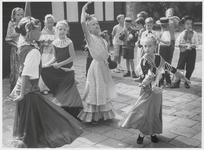 WAT003004001 Foto: De deelnemers aan de Ilpendamse spelweek oefenen voor het afsluitende Spaanse feest, dat gehouden ...