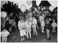 WAT003004047 Foto: kinderen laten een ballon op met hun naamkaartje.