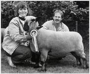 WAT003004113 Neerlands beste Hampshireschaap (Nederlands kampioen) komt uit Den lip.Foto: Alice en Herman Hoff met ...