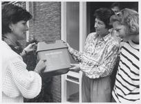 WAT003004120 Waterlanders krijgen KCA-box.Foto: De familie Lok kreeg de eerste KCA box uitgereikt van wethouder D. ...