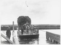 WAT003004213 Het pontje over het Noordhollandsch Kanaal.Tekst op de achterkant van de foto: Foto geschonken door meneer ...