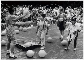 WAT003004017 Kindercircus in Ilpendam.Foto: De clowns van jeugdcircus llpendam vermaakten het 'hooggeëerd publiek' met ...