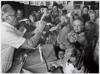 WAT003004115 Foto: dierenkeuring In café Het Wapen van Ilpendam.Kinderen brachten hun huisdieren mee, om die te laten ...