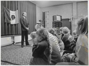WAT003004135 Wethouder D.J. van de Lugt van de VVD houdt toespraak voor groep kinderen.
