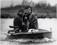 WAT003004141 De Jacht. Doorweekt staat de springer spaniel Pluto 'op de uitkijk' in de boot. Baas John Traksel heeft ...