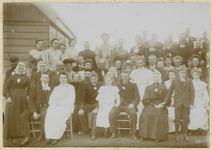WAT003004256 25-Jarig huwelijksfeest van Gerrit Booij en Teunisje Ooswouder.Voorste rij zittend v.l.n.r.; Klaas ...