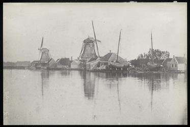 WAT003004361 Oliemolens 'De Witte Duif' (in 1895 een verfmolen en gesloopt in 1903) en 'De Spatter' (gebouwd in 1788 en ...