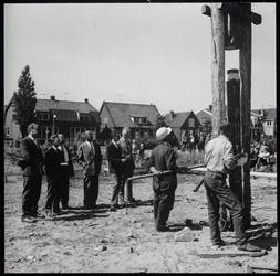 WAT003004404 Foto: slaan van de eerste paal voor het nieuw te bouwen ULO School, augustus 1965.Vierde van links ...
