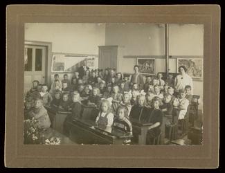WAT003004455 Schoolfoto. Gemeenteschool Wormer. Groep leerlingen en onderwijzend personeel van de gemeenteschool (later ...