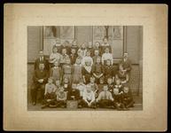 WAT003004457 Schoolfoto. Gemeenteschool Wormer No. 1. Groep leerlingen en onderwijzend personeel van de gemeenteschool ...