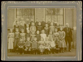 WAT003004458 Schoolfoto. Gemeenteschool Wormer No. 7. Groep leerlingen en onderwijzend personeel van de gemeenteschool ...