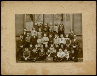 WAT003004459 Schoolfoto. Gemeenteschool Wormer No. 2. Groep leerlingen en onderwijzend personeel van de gemeenteschool ...