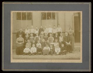 WAT003004460 Gemeenteschool Wormer No. 3. Groep leerlingen en onderwijzend personeel van de gemeenteschool (later ...