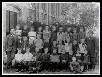 WAT003004462 Openbare lagere school te Wormer in 1902.Foto: Achterste rij van v.l.n.r.; Jan de Boer, Klaas de Leeuw, ...
