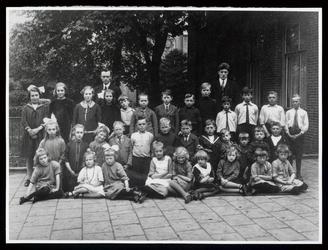 WAT003004463 Rooms-katholieke basisschool te Wormer.Foto, achterste rij v.l.n.r. ; A. de Leeuw, Truus Kramer, Grietje ...