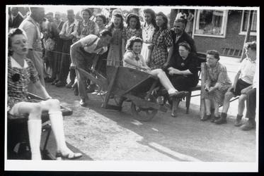 WAT003004472 Foto genomen tijdens de buurtfeesten in de zomer van 1945, in Wormer.Op de achtergrond de winkel van ...