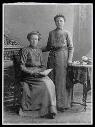 WAT003004475 Foto links: Regina van Steen geboren op 16 maart 1892 te Assendelft, trouwde op 11 juni 1915 met Nicolaas ...