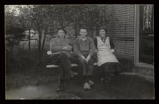 WAT003004476 Informatie achterkant foto; mevrouw Siewertje Groen - de Leeuw, dochter van Arnoldus de Leeuw, boerderij ...