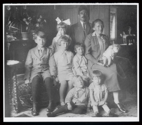 WAT003004489 Gezin van Nicolaas Mak en van Regina van Steen.Foto v.l.n.r. achteraan: Cornelia met haar vader Nicolaas,( ...