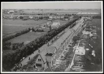 WAT003004346 De woningblokken rechts in aanbouw. Het Wormerlaantje, later Nieuweweg is aanvankelijk een smalle ...