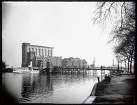 WAT003004396 Foto: de oude Zaanbrug ( 1889)Met daarachter, v.l.n.r. Pakhuis Silo, pakhuis Donau , pakhuis Koningsbergen ...