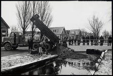 WAT003004412 Eerste storting voor demping van de Zandwegsloot februari 1965, bij de brug naar de Badhuisstraat.