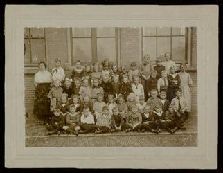 WAT003004454 Schoolfoto. Gemeenteschool Wormer No. 1. Groep leerlingen en onderwijzend personeel van de gemeenteschool ...