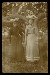 WAT003004481 Foto v.l.n.r. Maria Agatha ( Maria) Michelenbrink met haar nicht Maria Heijne.Bij ...