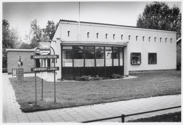 WAT003004513 Het gemeentehuis aan de Noorderweg.links het beeld 'Pelikanen' van Jean-Baptiste de Winter.