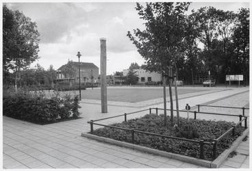 WAT003004514 Het Wijdewormerplein met op voorgrond de paal, die het nulpunt Nieuw Amsterdams Peil aangeeft; de polder ...