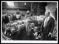 WAT003004545 Foto: Jan Schilder uit Wijdewormer kan in Bovenkarspel op de Westfriese Flora met grote aandacht naar een ...