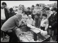 WAT003004970 Pasen 1988, demonstratie klompen maken