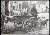 WAT003006131 Kees Kil, bijgenaamd Kiltje (1835-1923) met zijn hondenkar. Links daarachter de bakkerij van Japie Lindeboom.