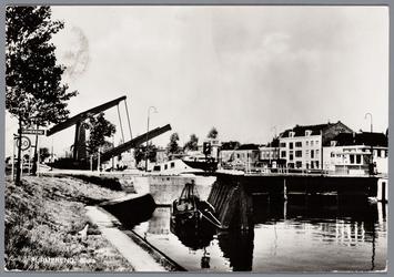 WAT002003201 Op de achtergrond de nieuwe sluisbrug uit 1960