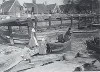 WAT006001058 Op de bijgaande foto vermaken drie meisjes zich bij het water nabij de scheeepshelling van Pieter Spaander ...