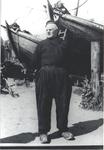 WAT006003508 Jan Kes staat bij zijn botter VD46 op de helling van Jan HooglandJan Kes, visser, geboren op 12-02-1887 te ...