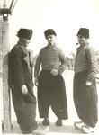 WAT006003712 Cornelis Bont de Pul en Rechts: Cornelis Bont (de Pul), vissersknecht, geboren op 19-09-1857 te Volendam, ...