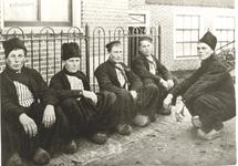 WAT006003714 Vlnr.: Jan Sier (van de Dronke), Jan Zwarthoed (van Boertje), Jan Visser (Lol), Jan Kwakman (Heintje) en ...