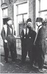 WAT006003716 Vlnr Henk Pooijer, Hendrik Guyt en Dirk de Boer.Henk Pooijer (Hein van de Knar), gehuwd 15-07-1916 Maartje ...