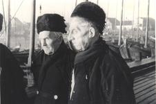 WAT006003730 Lopend op het havendijkje aan de Volendammer haven Vrnl.: Klaas Zwarthoed (Pinkhof), geboren op 29-10-1858 ...